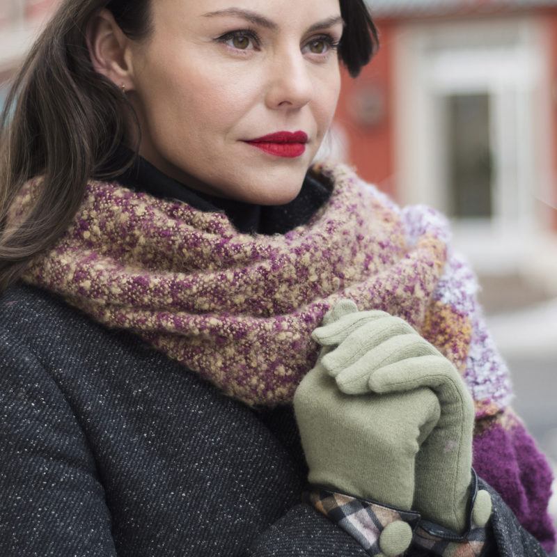 Powder – Pea Green Heather Wool Gloves with Powder Presentation Gift Bag